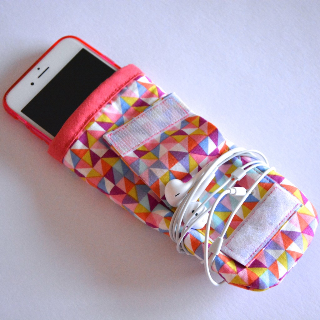 DIY iPhone cover with headphone loop