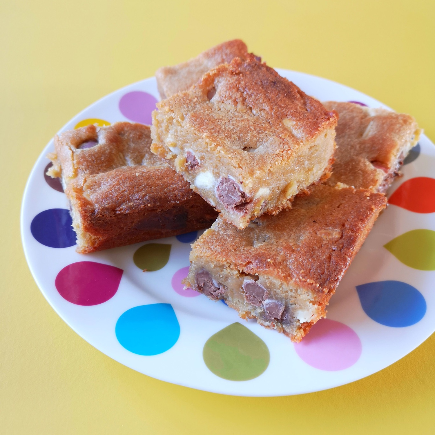 Yummy white chocolate and mini egg blondies | Hello! Hooray!